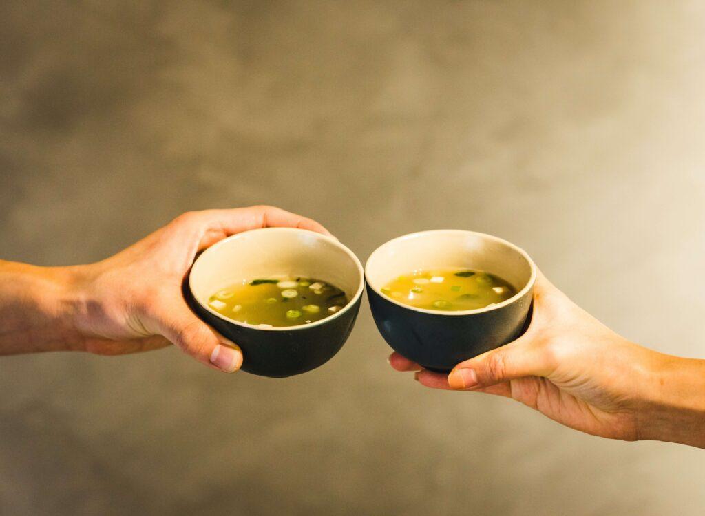 psychologia w wersji instant, dwie ręce, dwie miseczki z zupą